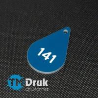 Niebieski brelok z numeracją w rozmiarze 35x55mm