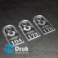 Breloczki z logo i numeracją wykonane z trwałej plexi