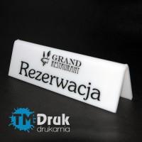 Tabliczka z logo restauracji i napisem Rezerwacja