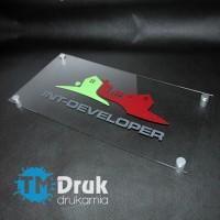 Szyld reklamowy na przeźroczystej pleksi, z logo firmy