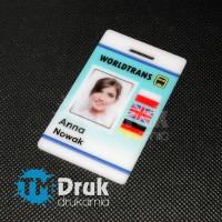 Identyfikator personalny z imieniem i zdjęciem pracownika